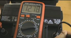 проверит аккумулятор мультиметром